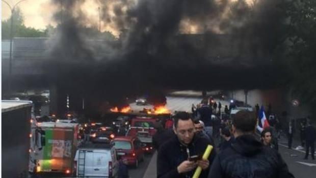 Погромы в Париже, громят Uber
