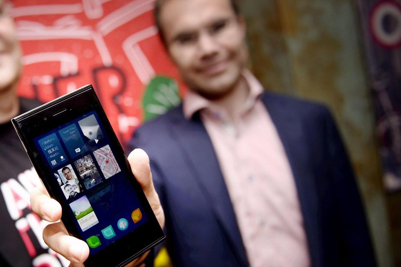 Гендир Jolla оми Пиенимаки (Tomi Pienimäki) показывает телефон на Sailfish