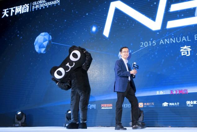 Даниэль Чжан, исполнительный директор компании и создатель Tmall, позирует с талисманом Tmall на мероприятии, проводимом в поддержку Дня холостяка