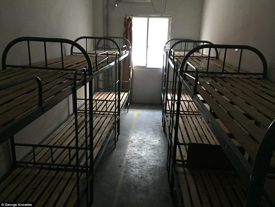 iPhone, как и 4 года назад, собирают нищие из антисанитарных китайских общежитий, общежития заводов Pegatron и Foxconn, собирающих технику Apple, фотография The Daily Mail