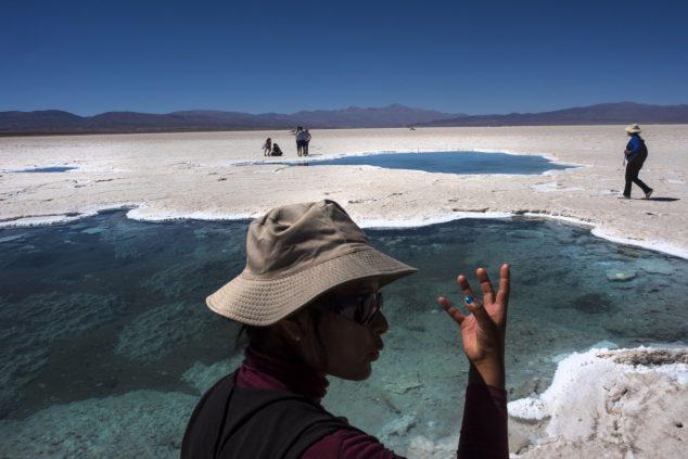По словам коренных жителей, у них есть духовная связь с крохотными природными водоемами, известными как «глаза» солончака Салинас-Грандес в Аргентине