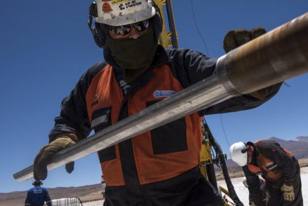 Рабочий «Миллениал литиум» готовит буровое оборудование