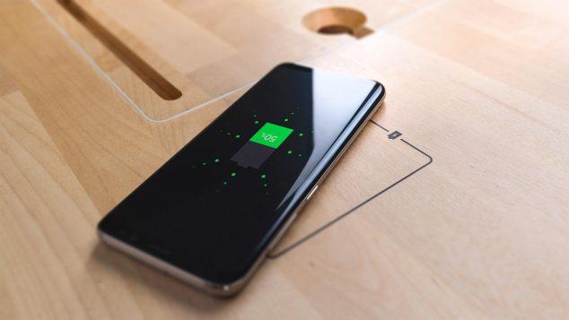 Беспроводная зарядка, встроенная в модель стола Tabula Sense Light. Фото предоставлено компанией